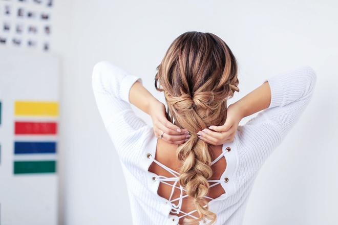 зачіска на випускний на середні волосся