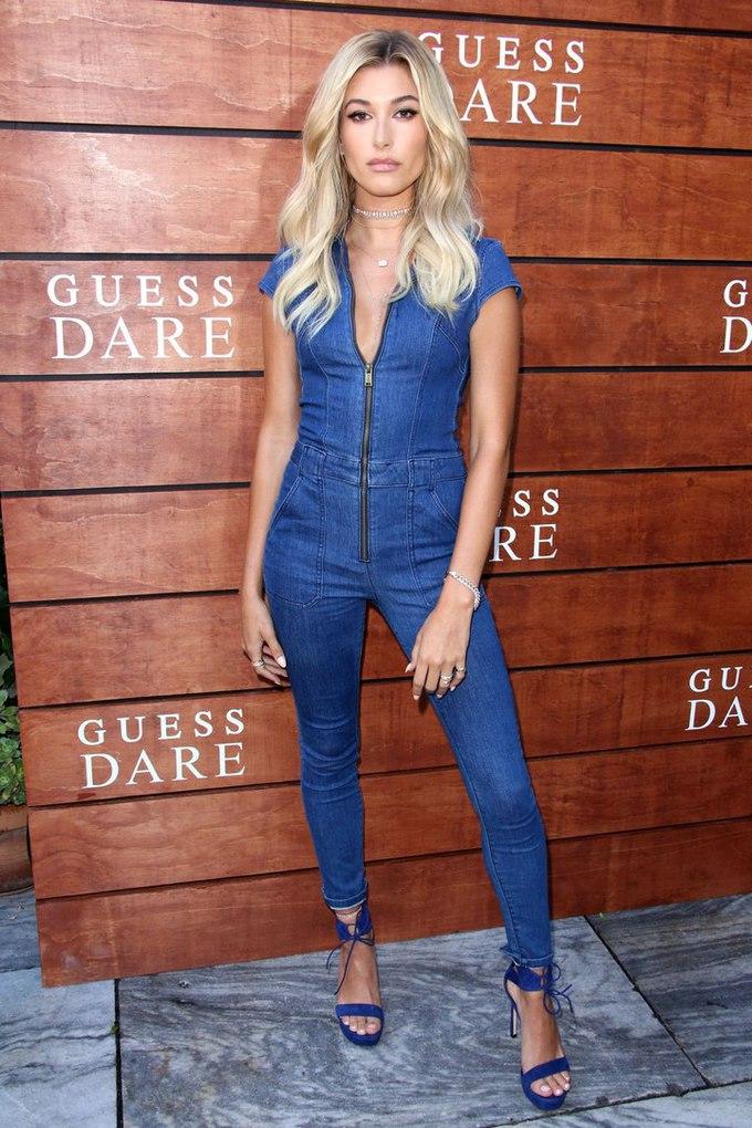 Модель Хейли Болдуин в джинсовом комбинезоне
