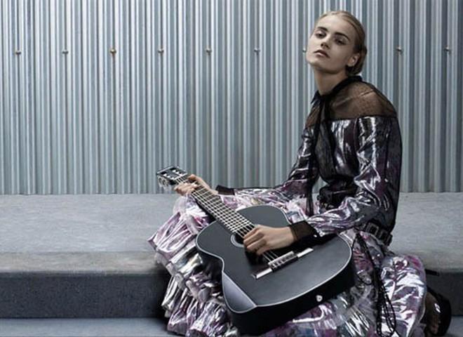 Карл Лагерфельд одевает… гитару
