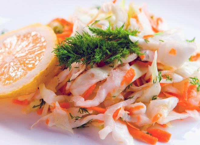 Салат из капусты, морковь, капуста, зелень, масло
