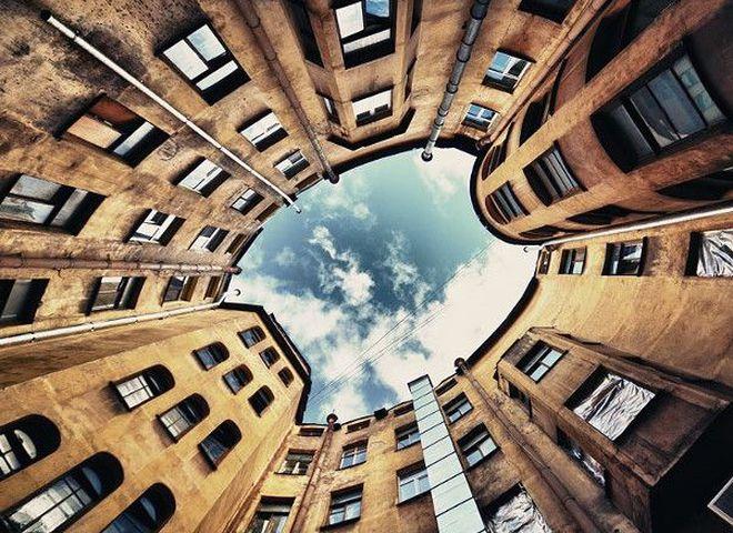 Детали большой столицы: любовный треугольник воронов, дома-колодцы и лифт для интровертов