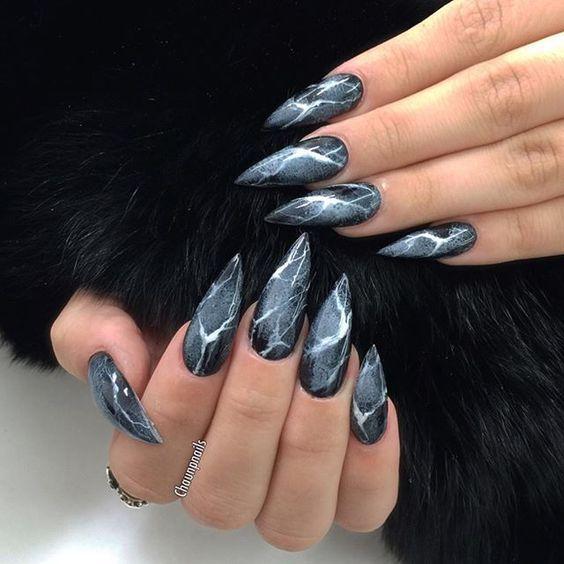 Острые длинные ногти в маникюре
