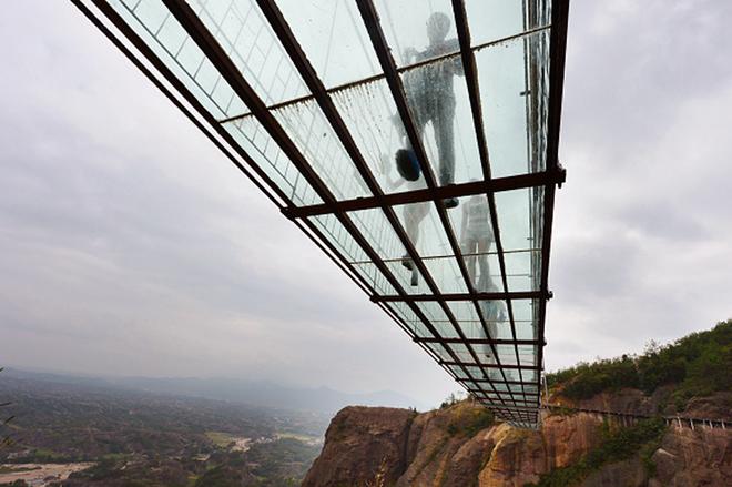 Над склом: прогулянки по найдовшому скляному мосту в світі