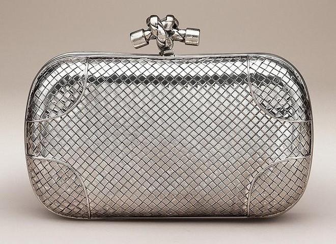 Клатч от Bottega Veneta стоит $7,7 тыс.