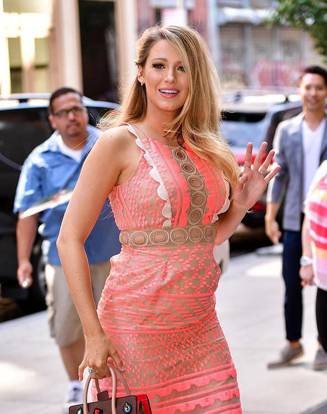Блейк Лайвлі в рожевій сукні на вулицях Нью-Йорка