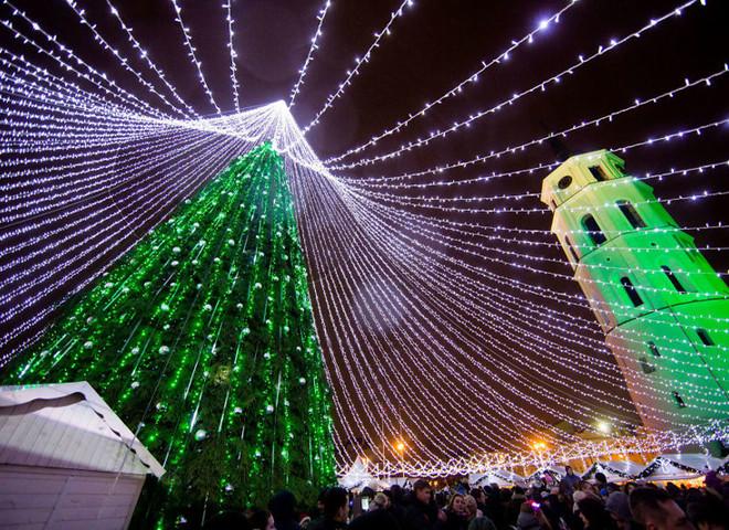 Самая красивая новогодняя ёлка установлена в Вильнюсе