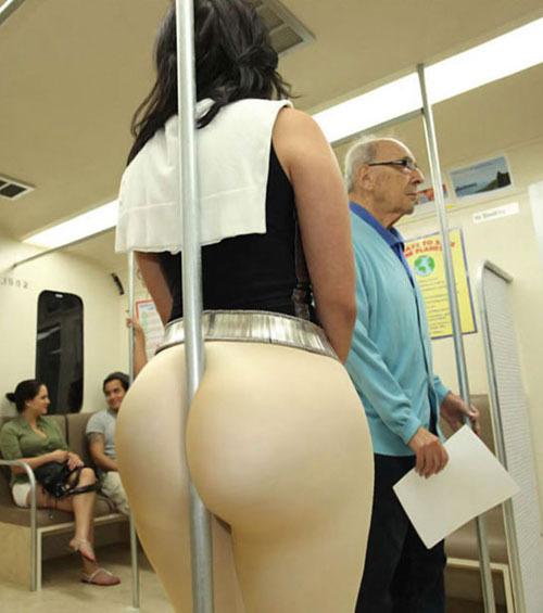 Девушки в общественном транспорте