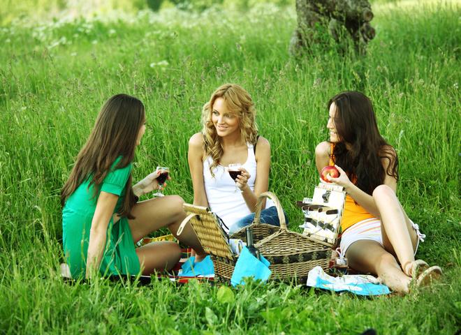 Які страви взяти на природу, природа, весна, дівчина, макіяж, пікнік