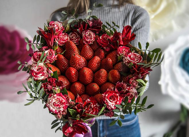 Букет из летних цветов и ягод цветов саратове