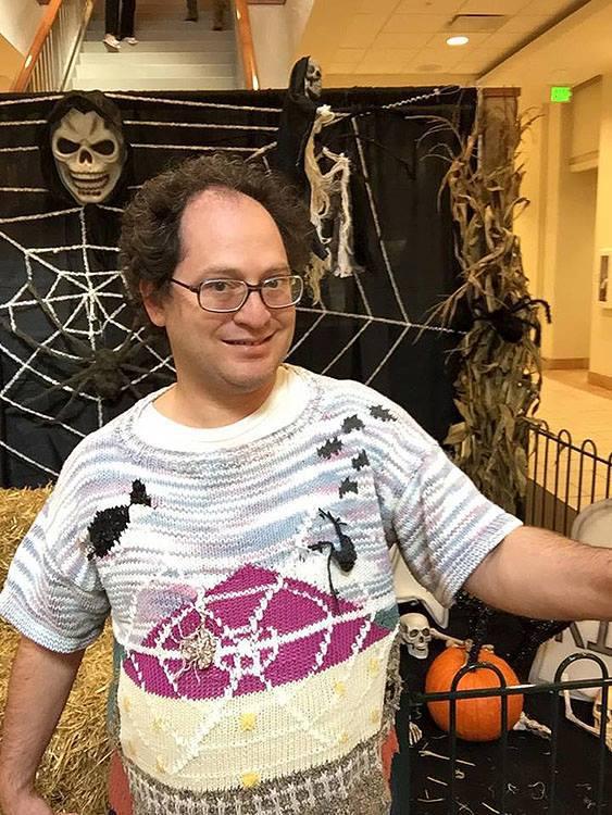 Связал и сфоткался: турист фотографируется на фоне достопримечательностей со своих свитеров