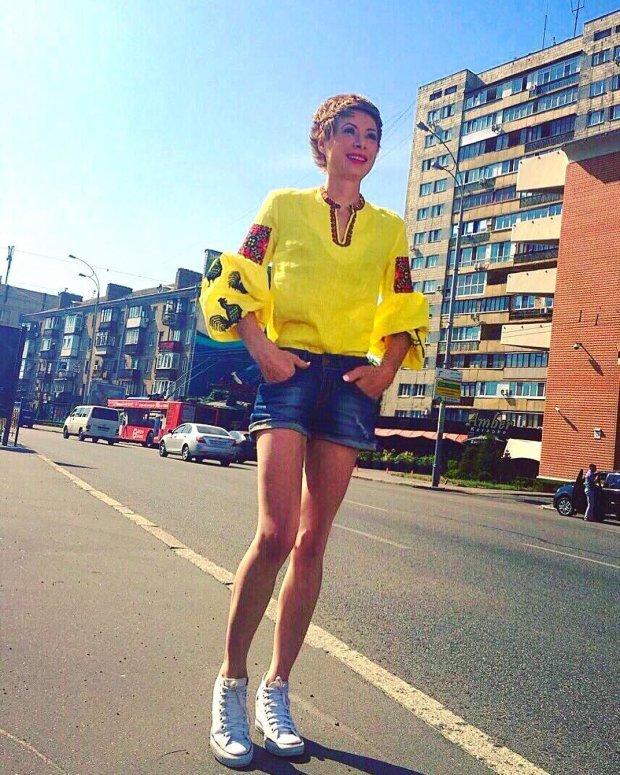 Олена-Крістіна Лебідь у вишиванці та шортах