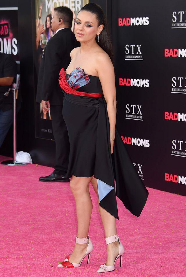 """Вагітна Міла Куніс в сукні-бюстьє на прем'єрі """"Поганих матусь"""""""