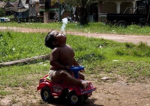 Двухлетний курильщик из Индонезии! Жесть +_+