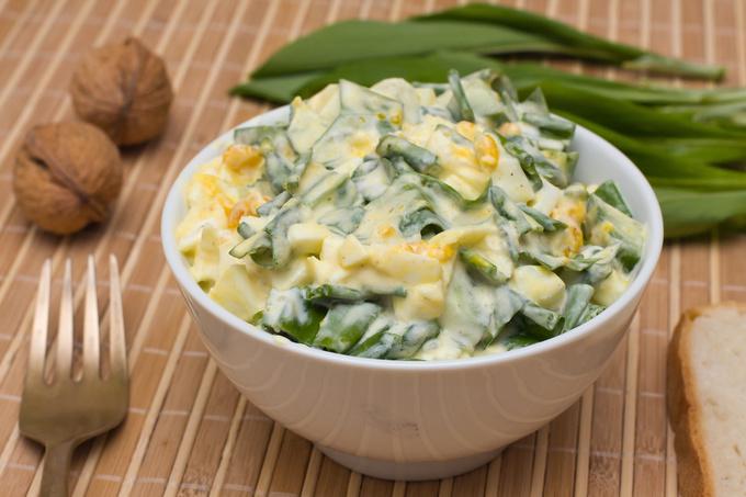 Салат з черемши, яєць та огірків
