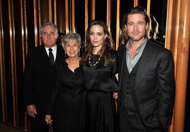 Брэд Питт с родителями и Анджелиной Джоли