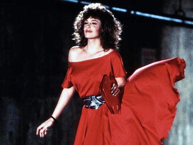 Жінка в червоному