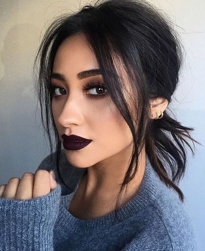 Темная помада на губах