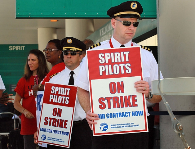 Вороги мандрівника: Профспілка бортпровідників та пілотів