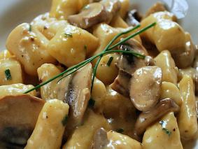 Картофельные клёцки под грибным соусом с беконом