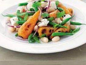 Салат с фасолью, сыром, луком и морковью