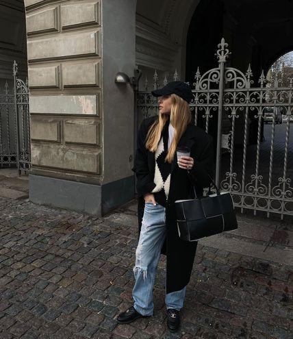 С чем носить джинсы весной 2021: лоферы