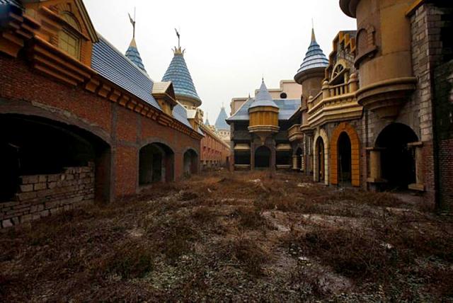 Где встретить конец света: заброшенные Диснейленды