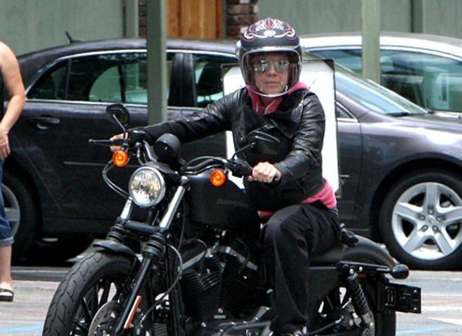 Пинк променяла ребенка на мотоцикл