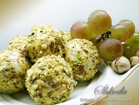 Сырно-виноградные шарики с фисташками