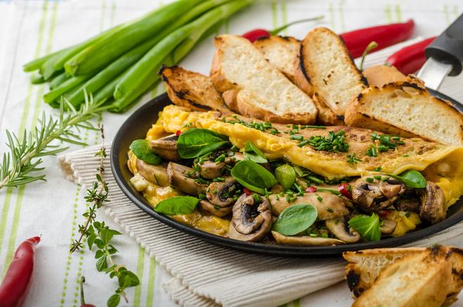 Омлет с грибами и зеленью