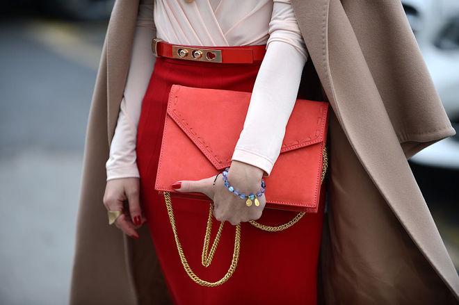 Как носить красный цвет осенью
