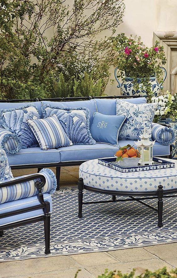 Мягкая мебель в саду