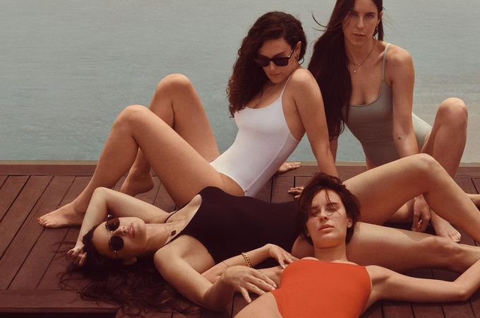 Деми Мур с дочками в рекламной кампании купальников
