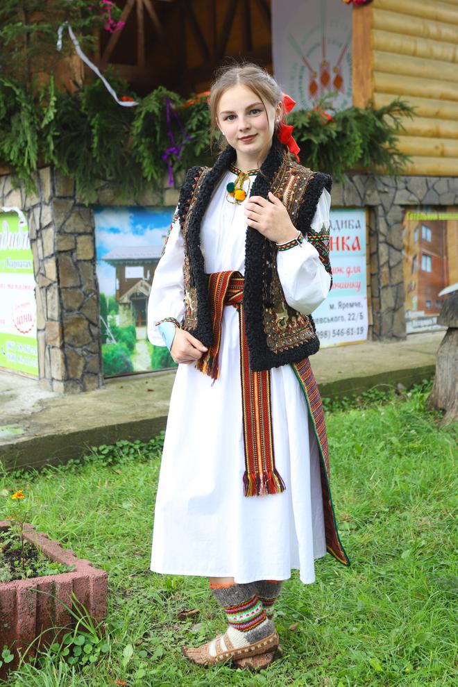 Завивання молодої та танці з деревцем: як проходить традиційне гуцульське весілля