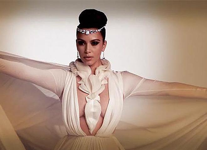 Кім Кардашьян показала груди арабським дамам