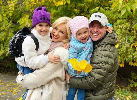 Лілія Ребрик і Андрій Дикий з доньками