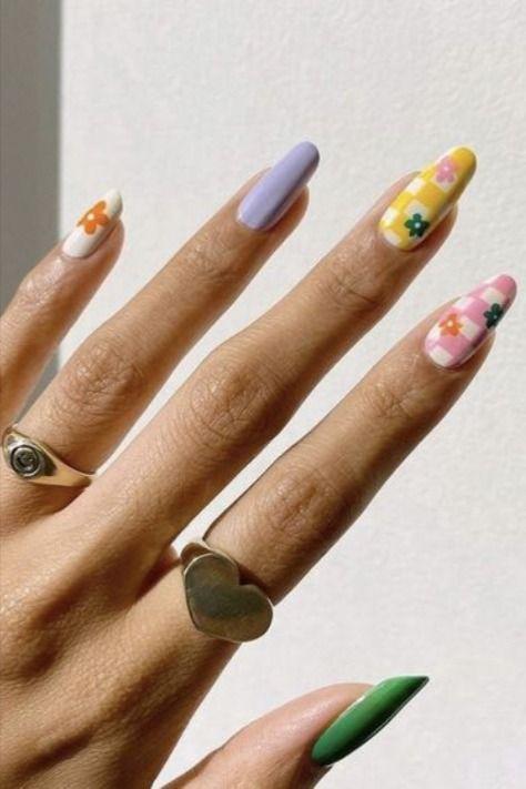 Модні варіанти квіткового манікюру на літо