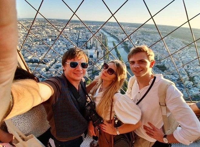 Дмитрий Комаров с братом и сестрой