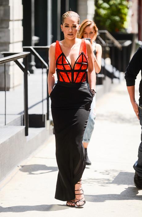 Рита Ора в платье от Jean Paul Gaultier