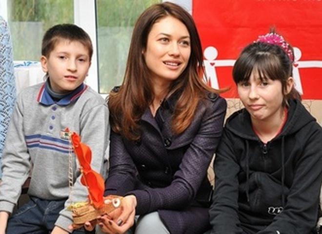 Ольга приехала в детский дом вместе с бизнесменом Александром Онищенко