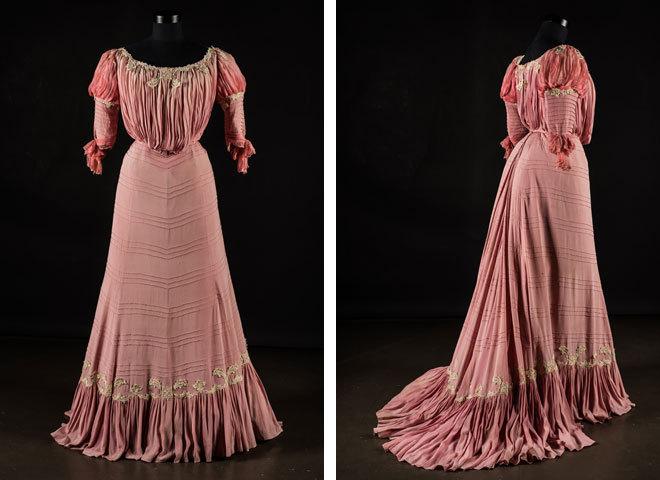 Розовое платье с кружевной аппликацией