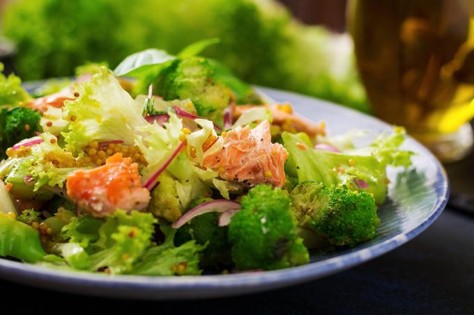 Теплий салат з брокколі і лосося