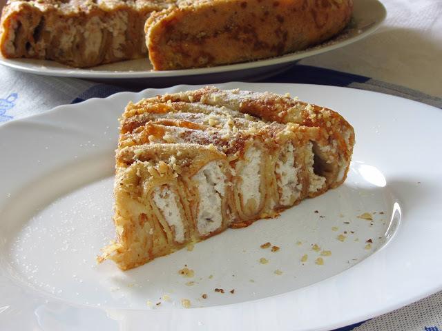 Блинный пирог с творогом, изюмом и грецкими орехами