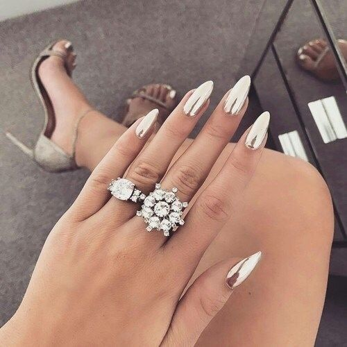 Гострі довгі нігті в манікюрі