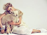 Девушка с овечкой