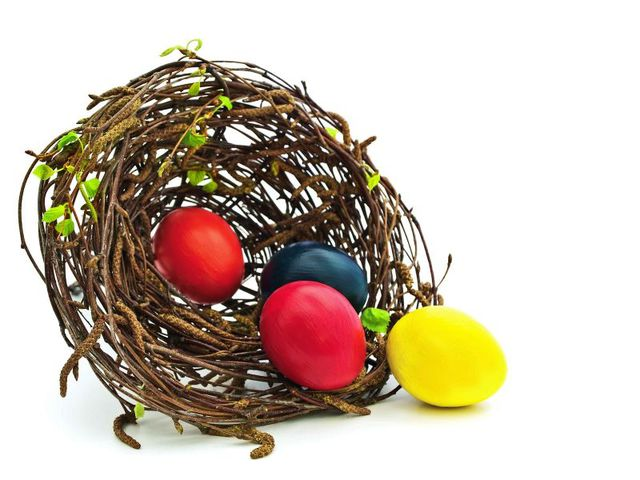 Открытка с красивыми пасхальными яйцами