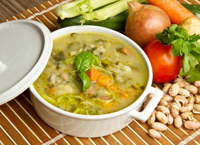 Прикрась солянку з квашеної капусти зеленню і сметаною