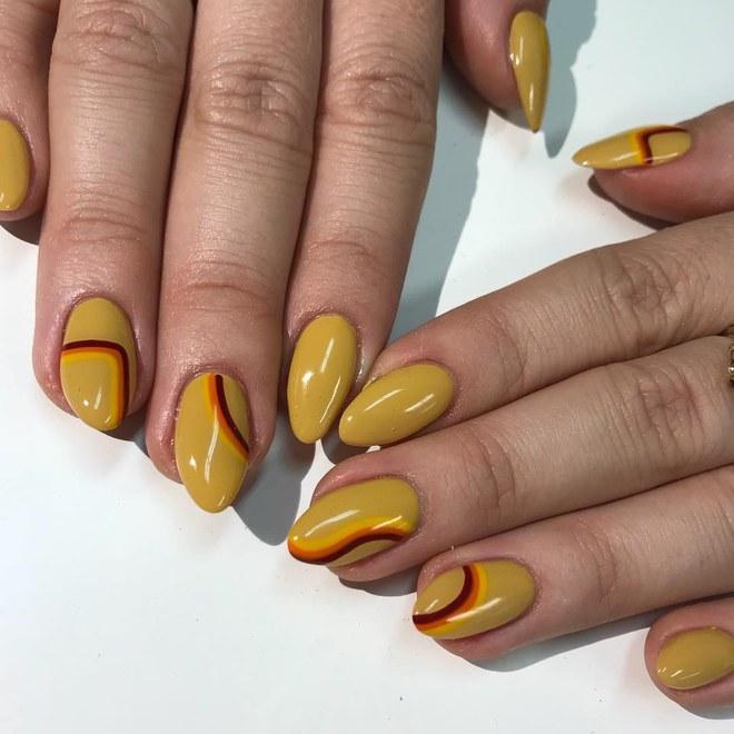 Мигдальні нігті середньої довжини