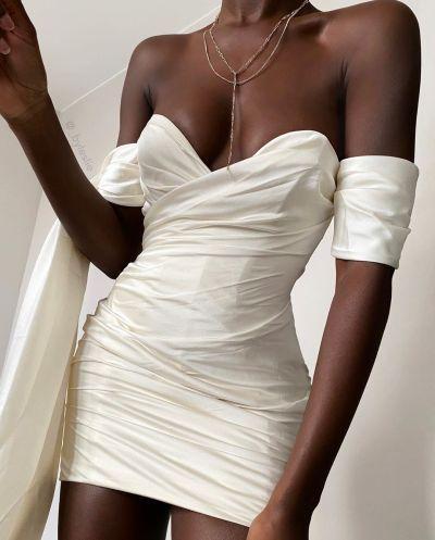 Міні-сукні з незвичайними рукавами на випускний