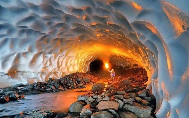 Завораживающая ледяная пещера на Камчатке