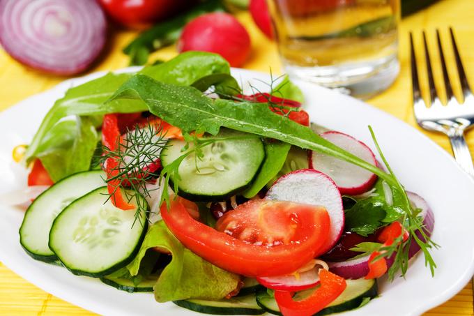 Салат з редиски, авокадо, помідорів і огірків